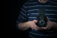 Männlicher Handgriff eine mittlere Formatkamera Lizenzfreies Stockfoto