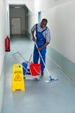 Männlicher Hausmeister Cleaning Floor Lizenzfreie Stockfotos