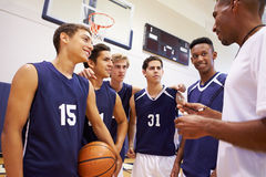 Männlicher Highschool Basketball-Team Having Team Talk With-Trainer Stockbilder