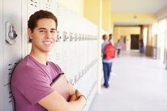 Männlicher hoher Schüler Standing By Lockers Lizenzfreies Stockfoto