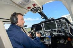 Männlicher Hubschrauberpilot der hinteren Ansicht Stockfoto