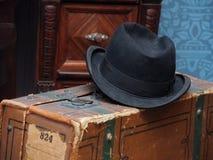 Männlicher Hut und Koffer Stockfoto