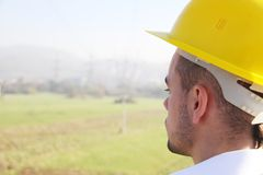 Männlicher Ingenieur, der an der Stromstation steht Stockbild