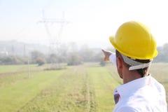 Männlicher Ingenieur, der an der Stromstation steht Lizenzfreie Stockfotografie