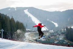 Männlicher Internatsschüler auf seinem Snowboard an winer Erholungsort Lizenzfreies Stockfoto
