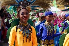 Männlicher Karnevalstänzer in den ethnischen Kostümen tanzt in Freude entlang der Straße lizenzfreie stockfotos