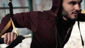 Männlicher kaukasischer oder mittlerer eadtern Erwachsener, der mit Eignungsbügeln ausarbeitet stock footage