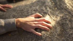 Männlicher kletternder Felsen, Spitzen-, aktive Ausgabe der Freizeit, Berg erreichend stockbilder