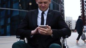 Männlicher Krüppel, der mit Handy arbeitet stock footage