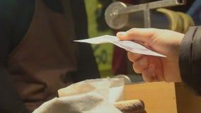Männlicher Kunde, der dem Straßenhändler, kaufendes Gebäck, gastronomischer Tourismus Geld gibt stock video footage