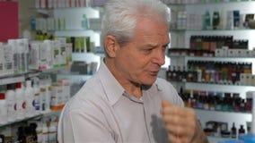 Männlicher Kunde fühlt sich am Drugstore schlecht stock video