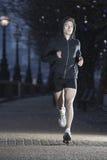 Männlicher Läufer auf frühem Winter-Morgen Stockfotos