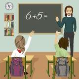 Männlicher Lehrer, der mathematische Aufgabe auf grüne Tafel in Klassenzimmer und die Kinder oben anheben Hände schreibt vektor abbildung