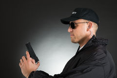 Männlicher Leibwächter With Gun Stockfotografie