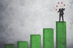 Männlicher Manager, der rote Bälle über Wachstumsdiagramm jongliert lizenzfreie stockbilder