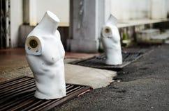 Männlicher Mannequinstand des Torsos auf der Straße Lizenzfreie Stockfotografie