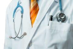 Männlicher Mantel Doktor-In White Medical mit Stethoskop Globales Gesundheitswesen-Medizin-Versicherungs-Konzept stockfoto