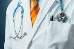 Männlicher Mantel Doktor-In White Medical mit Stethoskop Globales Gesundheitswesen-Medizin-Versicherungs-Konzept lizenzfreie stockfotos
