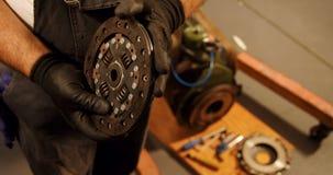 Männlicher Mechaniker, der Macrad 4k überprüft stock footage