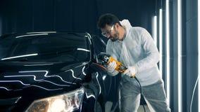Männlicher Mechaniker, der oben ein Auto, Abschluss poliert stock footage