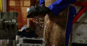 Männlicher Mechaniker, der in der Reparaturgarage 4k arbeitet stock footage