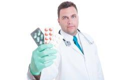 Männlicher Mediziner, der Handvoll Blasen zeigt Stockfotos