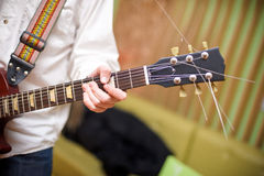 männlicher Musiker, der Akustikgitarre spielt stockbilder