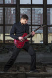 Männlicher Musiker, der auf E-Gitarre spielt Stockfoto