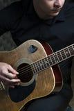 Männlicher Musiker, der auf Gitarre spielt Stockfoto