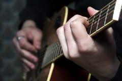 Männlicher Musiker, der Gitarre spielt Lizenzfreies Stockfoto