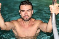 Männlicher natürlicher Mann, der in einem Badekurort sich entspannt Lizenzfreies Stockfoto