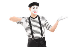 Männlicher Pantomimekünstler, der mit der Hand gestikuliert Stockfotos