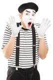 Männlicher Pantomimekünstler, der mit seiner Handaufregung gestikuliert Stockbilder