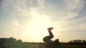Männlicher parkour tricker Pullover führt überraschende leichte Schläge, Schattenbild durch stock video