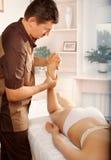 Männlicher Physiotherapeut oder Orthopäde, die Anpassung tun stockfoto