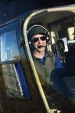 Männlicher Pilot im Hubschrauber. Lizenzfreie Stockfotografie