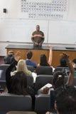 Männlicher Professor Communicating With Students stockbild