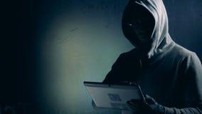 Männlicher Programmierer betreibt eine Tablette nahe Projektion von digitalen Daten stock video footage