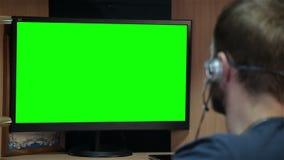 Männlicher Programmierer, der mit Code auf Schirm arbeitet stock video