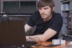 Männlicher Programmierer mit Kopfhörer Stockfotos