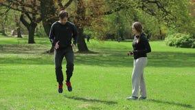 Männlicher Rüttler mit persönlichem Trainer im Park stock video footage