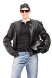 Männlicher Radfahrer, der einen Sturzhelm hält Stockbilder