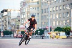 Männlicher Radfahrer, der für Radfahrenkampagne aufwirft Lizenzfreie Stockfotos