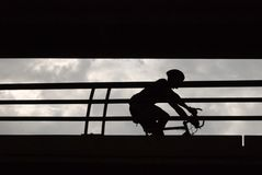 Männlicher Radfahrer im Schattenbild lizenzfreie stockfotografie