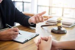 Männlicher Rechtsanwalt oder Richter konsultieren haben der Teambesprechung mit Kunden, La Stockfoto