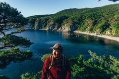 Männlicher Reisender auf der Seeküste lizenzfreie stockbilder