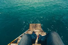 Männlicher Reisender, der auf Pier With Summer Sea View sitzt Reise Lifes lizenzfreie stockfotos