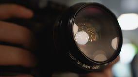 Männlicher Reisender, der Fotos mit Kamera, Qualitätsfotoausrüstung, Nahaufnahme macht stock video footage