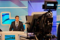 Männlicher Reporter oder Ankermann der Fernsehstudiokameraaufnahme Livesendung lizenzfreies stockbild