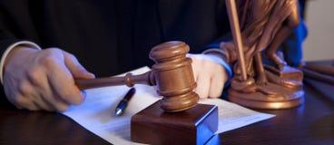 Männlicher Richter In ein Gerichtssaal, der den Hammer schlägt lizenzfreie stockbilder